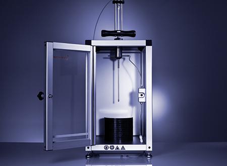SFD 进样装置配备有钻孔设备,可穿透传统的软木塞和大多数塑料塞。