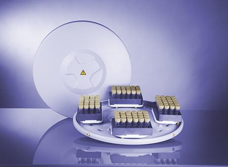 转子 4x24MG5 是专为微波合成中,以克级尺度从化学靶物到先导化合物的合成和平行合成方法优化而设计的。其可靠的配置具有 96 个一次性玻璃反应管,布置在 ANSI 格式碳化硅块中,采用便利的 6x4 矩阵,用于最高达 200 °C 和 20 bar 的反应条件。